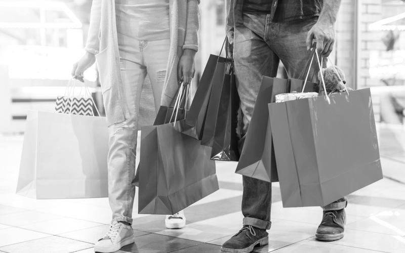買い物袋を持ったカップル