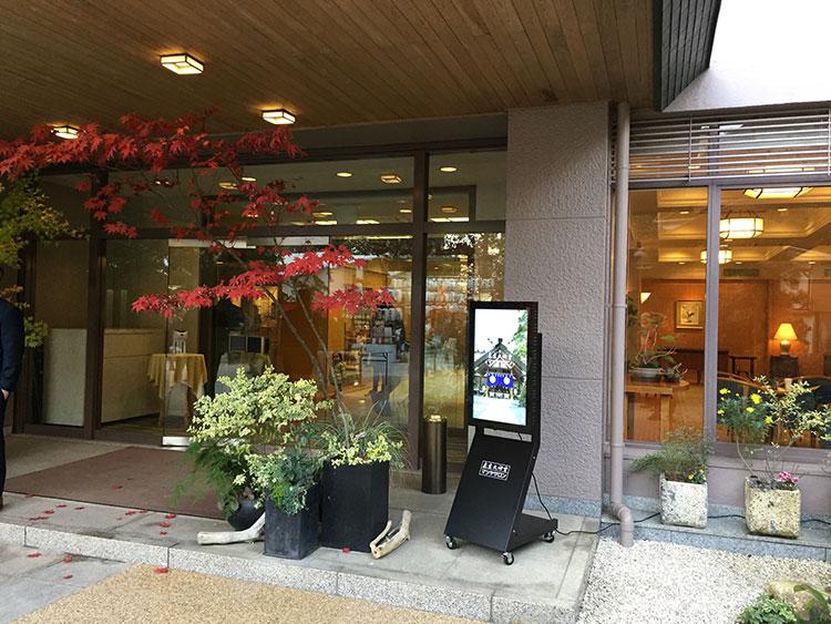 東京大神宮マツヤサロン前に設置したサイネージの全体を写した写真1