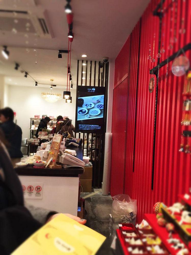 店舗の奥に設置されているモニターの写真