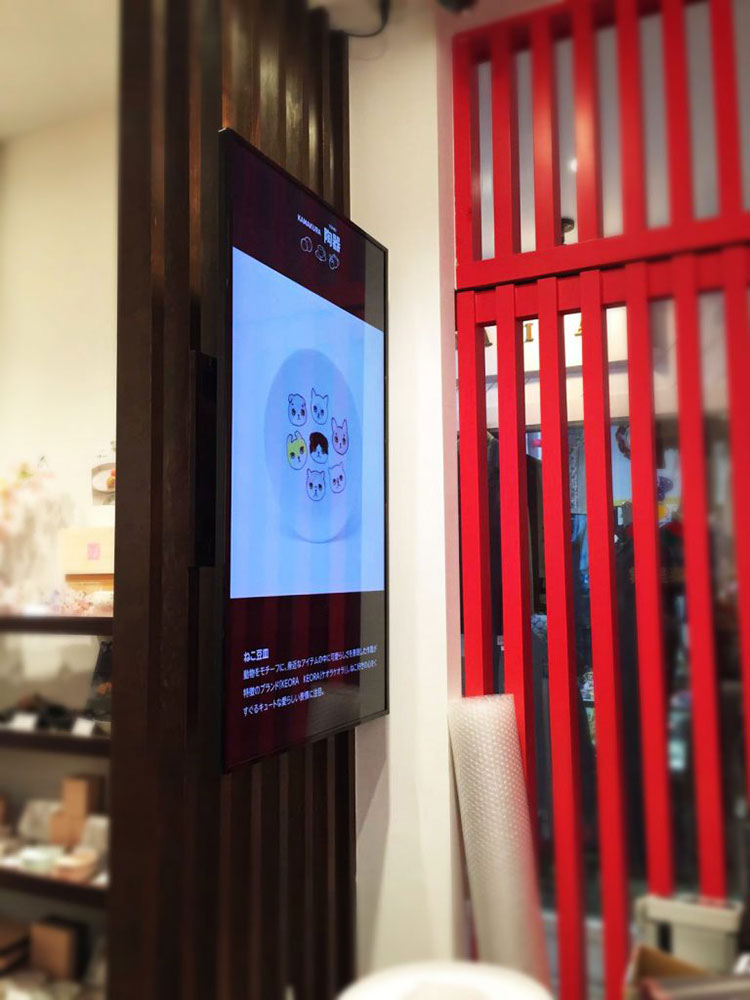 壁に設置されているモニターの写真